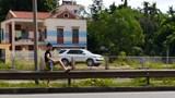 Người dân vẫn chủ quan khi đi bộ sang đường