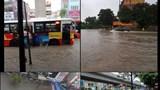 Sau mưa lớn trong đêm, nhiều tuyến đường Hà Nội ngập úng nặng