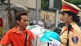 Hà Nội: CSGT tặng mũ bảo hiểm cho người vi phạm