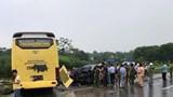 """""""Xế hộp"""" đâm xe khách trên cao tốc Nội Bài - Lào Cai, nhiều người bị thương"""