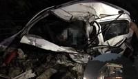 Sau va chạm với xe khách 2 nạn nhân tử vong trong chiếc ô tô bẹp dúm