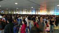 Tân Sơn Nhất chật kín người, kỷ lục bay 900 chuyến ngày 28 Tết