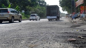 Đường dẫn cầu vượt Đại lộ Thăng Long xuống cấp