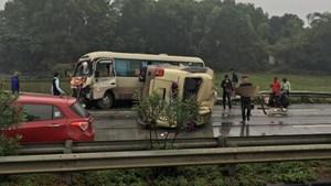 Đường trơn khiến 2 xe khách tông nhau trên cao tốc, 2 người nhập viện