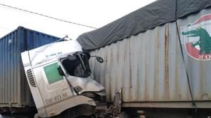 Hai xe container đấu đầu, tài xế tử vong trong cabin bẹp dúm