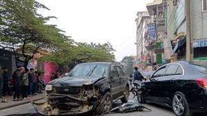 """Hà Nội: Ô tô """"điên"""" gây tai nạn liên hoàn, một phụ nữ tử vong"""