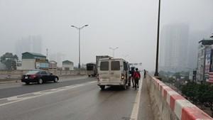 Hà Nội: Dừng đón khách gây nguy hiểm tại đường trên cao