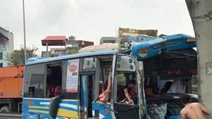 Xe khách đâm vào chân cầu vượt, 11 người bị thương