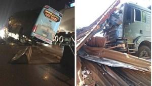 Tài xế buồn ngủ khiến xe tải tông sập nhà dân, xe khách leo dải phân cách