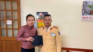 Hà Nội: CSGT trả lại hơn 45 triệu đồng cho người đánh rơi