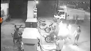 Hà Nội: Xử lý 3 thanh niên bật lửa hút thuốc khi đổ xăng gây cháy ở Mê Linh