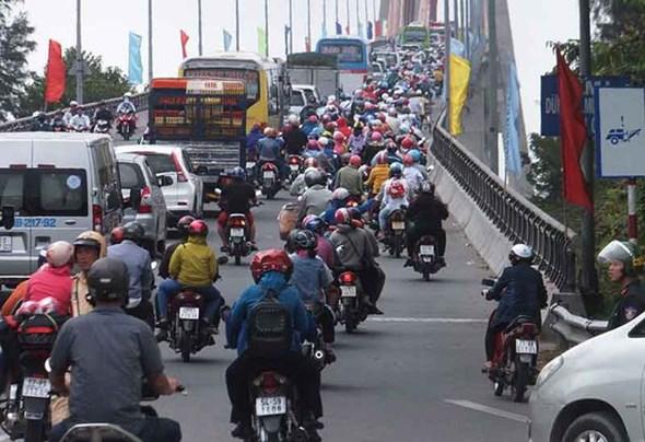 Ùn tắc giao thông trên cầu Rạch Miễu (Ảnh: Dân Trí)