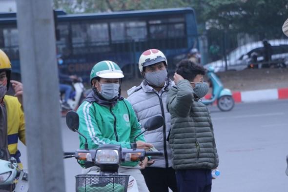 tai xe khu khuan xe cho hanh khach dung nuoc rua tay kho va deo khau trang de phong dich ncov