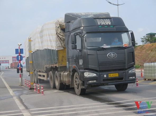 06 Xe hàng được nhân viên kiểm dịch lái qua khu vực khử khuẩn tự động