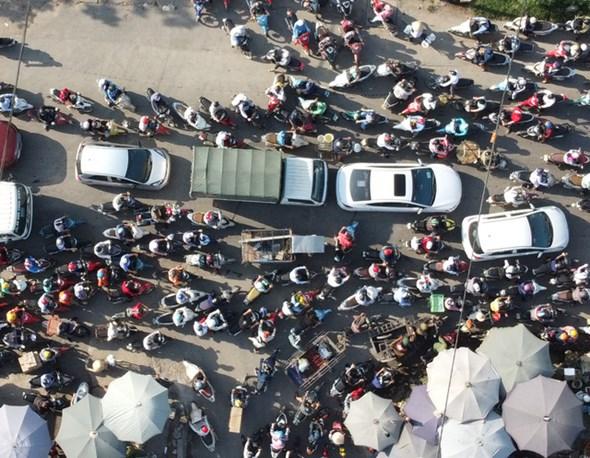 Dù cách trung tâm Hà Nội gần 20km, nhưng cầu Mai Lĩnh vẫn ùn tắc kéo dài giờ cao điểm - Ảnh 8.