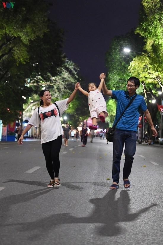 """Hà Nội: Phố đi bộ Hồ Gươm """"ngày trở lại"""", người lớn, trẻ em thích thú vui đùa - Ảnh 10"""