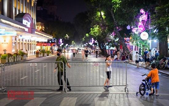 """Hà Nội: Phố đi bộ Hồ Gươm """"ngày trở lại"""", người lớn, trẻ em thích thú vui đùa - Ảnh 1"""
