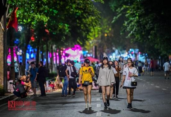 """Hà Nội: Phố đi bộ Hồ Gươm """"ngày trở lại"""", người lớn, trẻ em thích thú vui đùa - Ảnh 7"""