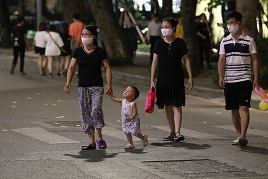 """Hà Nội: Phố đi bộ Hồ Gươm """"ngày trở lại"""", người lớn, trẻ em thích thú vui đùa - Ảnh 9"""