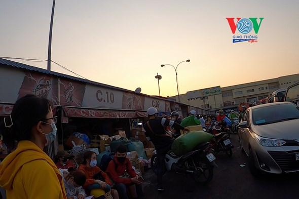 Chiều tối ngày 27/3, hàng trăm người đã đổ về bến xe Miền Đông (quận Bình Thạnh) để rời TP.HCM về quê trước giờ cơ quan chức năng áp dụng biện pháp hạn chế di chuyển để tránh dịch Covid-19.
