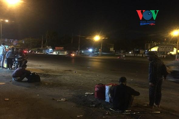 Đến gần 8 giờ tối, dọc tuyến quốc lộ 1 vẫn còn rất nhiều người đứng đợi xe.