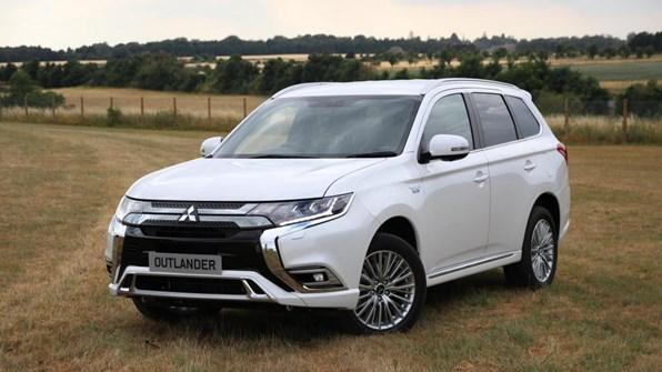 Giá xe ôtô hôm nay 24/12: Mitsubishi Outlander ưu đãi 50% phí trước bạ, camera 360