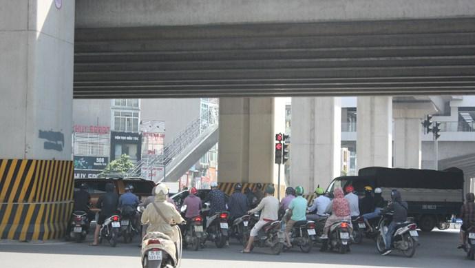 Chùm ảnh: Muôn kiểu vi phạm giao thông ngày nắng nóng