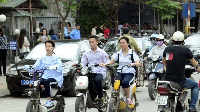 Infographic: Kỹ năng đi xe máy, xe đạp điện an toàn cho học sinh