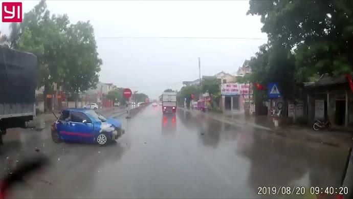 Clip: Kinh hoàng ô tô con bị 2 xe tải tông xoay vòng trên quốc lộ
