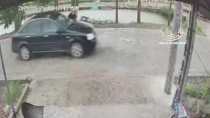 Clip: Tài xế ô tô bỏ mặc bé trai sau cú tông bay sang đường  