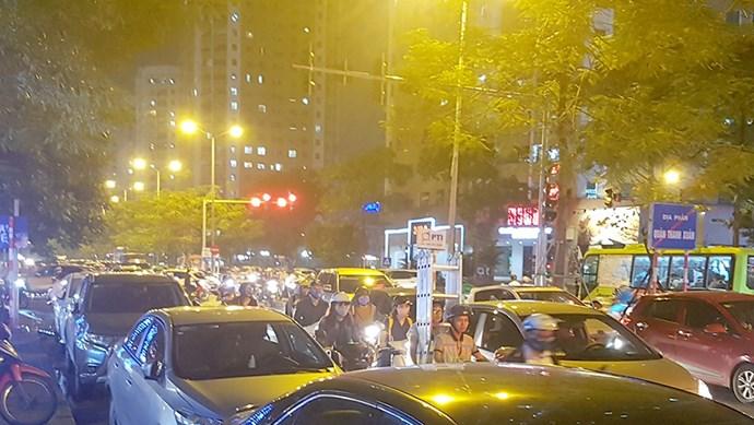 Đường Hà Nội tắc nghẽn vì... bãi đỗ xe dưới lòng đường