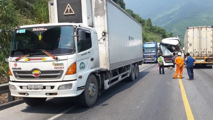 11 người bị thương sau cú đối đầu của xe khách với xe đầu kéo