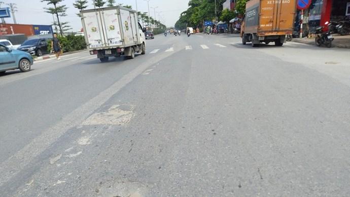 Xuất hiện hố sụt lún trên Quốc lộ 5