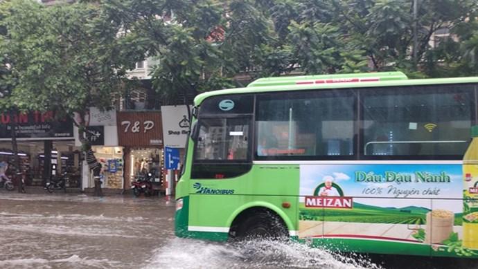 Nhiều tuyến phố nội và ngoại thành ngập sâu trong nước