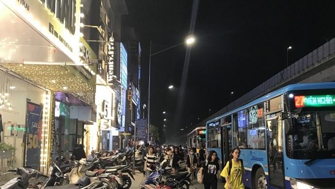 Lòng đường Nguyễn Trãi thành nơi dừng, đỗ xe để mua sắm