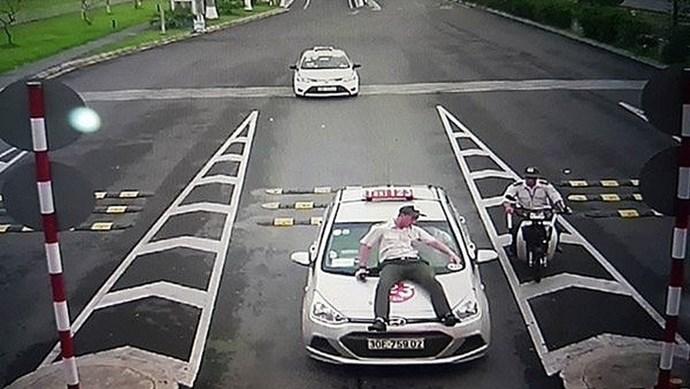 """Tránh bị taxi """"dù"""" chặt chém tại sân bay Nội Bài bằng cách nào?"""