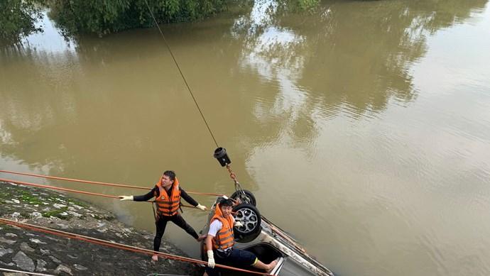 Xe taxi lao xuống sông, 2 người mất tích trong dòng lũ