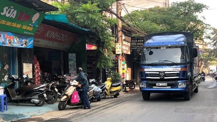 Đường Phú Diễn, quận Bắc Từ Liêm: Mất an toàn giao thông do xe quá khổ