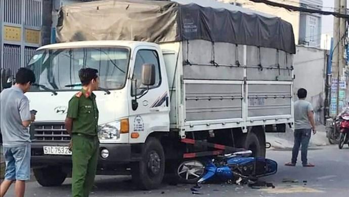 Mất lái sau khi bị giật điện thoại trên đường, 2 cha con  lao xe máy vào gầm ô tô tải