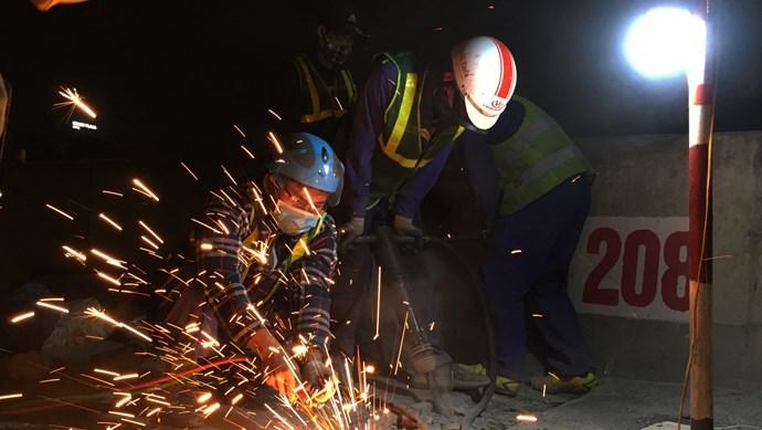 Cận cảnh công trường sửa chữa xuyên đêm đường Vành đai 3 trên cao