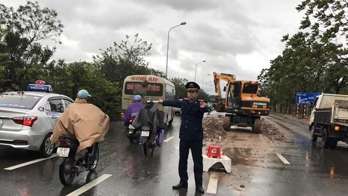 Thanh tra giao thông tự huy động xe, máy móc dọn bùn đất, phân luồng giao thông