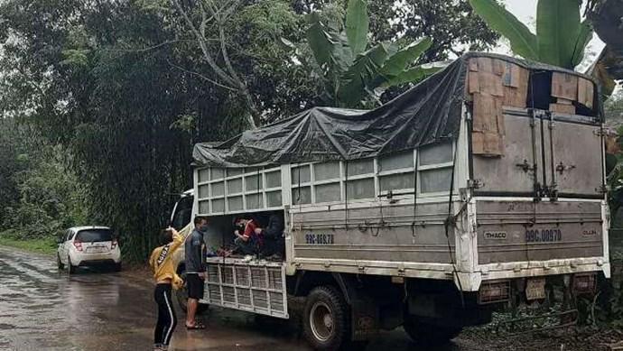 Phát hiện 15 người trốn trong xe tải để đi đám ma trong thời gian cách ly xã hội
