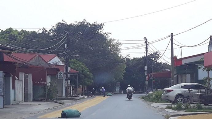 Nguy cơ xảy ra tai nạn từ những sân thóc trên đường