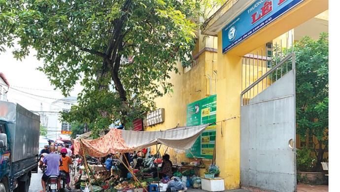 [Điểm nóng giao thông] Mất an toàn trước cổng trường THCS Lê Lợi (quận Hoàn Kiếm)