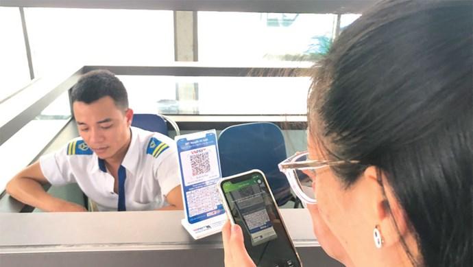 Mua vé xe buýt BRT bằng hình thức quét mã QR: Khắc phục hạn chế để nhân rộng