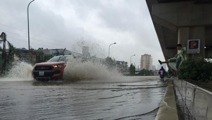 """[Văn hóa giao thông] Đừng """"rẽ sóng"""" để tát nước vào nhau"""