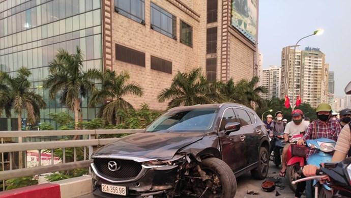 Hà Nội: Tai nạn trên cầu vượt Nguyễn Chánh, 1 người nguy kịch