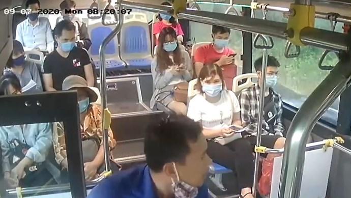 Nhắc không đeo khẩu trang, nam hành khách nhổ nước bọt vào nữ phụ xe buýt