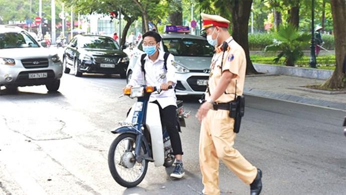 Phụ huynh giao xe máy cho học sinh đến trường: Lợi bất cập hại