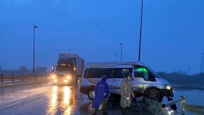 Tai nạn liên hoàn khiến 4 người bị thương, ô tô 16 chỗ treo lơ lửng trên cầu